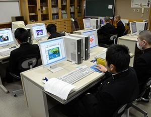 パソコンをする中学生