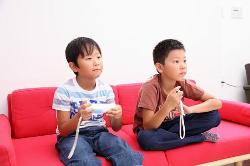 ゲームをする子供