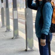 電車を待つ